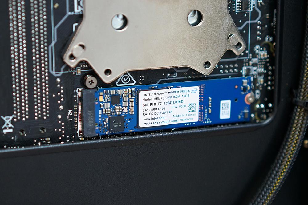 Với giao tiếp PCI-Express thông qua giao thức NVMe và cổng M.2, Optane nhanh hơn đáng kể.