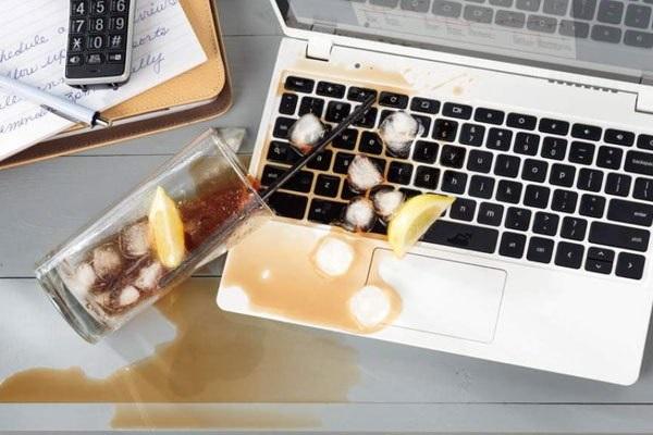 sua-laptop-bi-vo-nuoc-1
