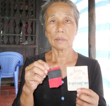 Bà Mai Thị Út với chiếc băng tang để tang Bác Hồ mất năm 1969.