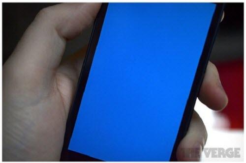 Hàng loạt iPhone dính lỗi màn hình xanh - 1