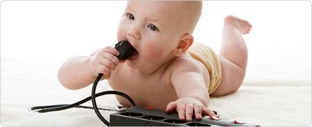 Trẻ em có thể ngậm dây sạc đang cắm điện vào miệng và bị giật dẫn đến tử vong (Ảnh minh họa)